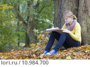 Купить «Lovely girl drawing in the park», фото № 10984700, снято 11 августа 2018 г. (c) PantherMedia / Фотобанк Лори