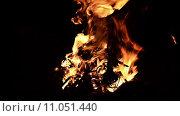 Купить «Ночной костер», видеоролик № 11051440, снято 23 августа 2015 г. (c) Андрей Павлов / Фотобанк Лори