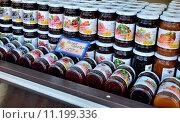 Купить «Банки с вареньем продаются», фото № 11199336, снято 20 августа 2015 г. (c) Елена Перминова / Фотобанк Лори