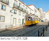 Купить «Старый желтый трамвай номер 12 на улицах Лиссабона», фото № 11211128, снято 28 декабря 2013 г. (c) Татьяна Кахилл / Фотобанк Лори