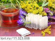 Чашка чая и чайные пакетики с травяным чаем. Стоковое фото, фотограф Ольга Гамзова / Фотобанк Лори
