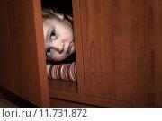 Купить «Scared child hiding», фото № 11731872, снято 26 мая 2018 г. (c) PantherMedia / Фотобанк Лори