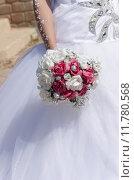 Рука невесты в белом платье с букетом. Стоковое фото, фотограф Наталия Пылаева / Фотобанк Лори