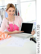 Купить «Smiling fashion designer showing laptop screen », фото № 11835120, снято 27 июня 2019 г. (c) PantherMedia / Фотобанк Лори