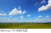 Купить «Летний пейзаж с облачным небом, timelapse», видеоролик № 11844520, снято 12 июля 2015 г. (c) Михаил Коханчиков / Фотобанк Лори