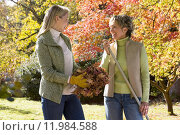 Купить «Mother and daughter doing yard work in autumn», фото № 11984588, снято 19 августа 2019 г. (c) PantherMedia / Фотобанк Лори