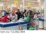 """Купить «Покупатели у касс в супермаркете """"Ашан"""" в Зеленограде», фото № 12002904, снято 21 марта 2015 г. (c) Володина Ольга / Фотобанк Лори"""