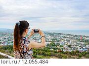 Woman using phone taking pictures. Стоковое фото, фотограф Yongkiet Jitwattanatam / PantherMedia / Фотобанк Лори