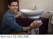 Купить «Cheerful young man cleaning the bathroom», фото № 12163328, снято 21 марта 2019 г. (c) PantherMedia / Фотобанк Лори