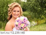 Купить «Невеста с букетом цветов», фото № 12239140, снято 26 июля 2014 г. (c) Виктор Топорков / Фотобанк Лори