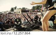Купить «Танцующая брюнетка на сцене», видеоролик № 12257864, снято 26 августа 2015 г. (c) Александр Багно / Фотобанк Лори