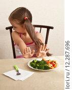 Купить «Ребенок отказывается есть брокколи с мясом», фото № 12287696, снято 30 августа 2015 г. (c) Элина Гаревская / Фотобанк Лори