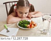 Купить «Девочка равнодушно смотрит на блюдо с мясом и брокколи», фото № 12287728, снято 30 августа 2015 г. (c) Элина Гаревская / Фотобанк Лори