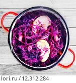 Купить «Close up Red Cabbage and Apple Salad on Pot», фото № 12312284, снято 17 августа 2018 г. (c) PantherMedia / Фотобанк Лори