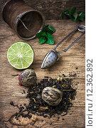 Купить «tea brew with lime and mint on wooden background», фото № 12362892, снято 27 мая 2020 г. (c) PantherMedia / Фотобанк Лори