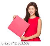 Купить «Woman hold with blank Fai chun», фото № 12363508, снято 21 июля 2019 г. (c) PantherMedia / Фотобанк Лори