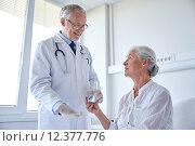 Купить «doctor giving medicine to senior woman at hospital», фото № 12377776, снято 11 июня 2015 г. (c) Syda Productions / Фотобанк Лори