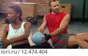 Купить «Fit people doing russian twist exercises», видеоролик № 12474404, снято 19 июля 2019 г. (c) Wavebreak Media / Фотобанк Лори