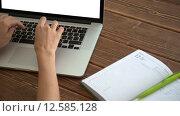 Купить «Работа на ноутбуке на деревянном столе», видеоролик № 12585128, снято 1 сентября 2015 г. (c) Константин Колосов / Фотобанк Лори