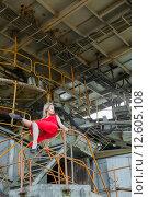 Купить «Азиатская девушка в красном платье на фоне карьерного экскаватора», фото № 12605108, снято 29 августа 2015 г. (c) Сосенушкин Дмитрий Александрович / Фотобанк Лори
