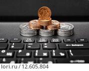 Купить «Российские деньги на фоне ноутбука», фото № 12605804, снято 11 июня 2015 г. (c) Элина Гаревская / Фотобанк Лори