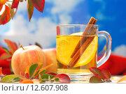 Горячий напиток с яблочным соком, лимоном и специями на фоне осеннего неба. Стоковое фото, фотограф Ольга Гамзова / Фотобанк Лори
