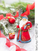 Праздничная открытка с русским Дедом Морозом, елкой и новогодними украшениями. Стоковое фото, фотограф Ольга Гамзова / Фотобанк Лори