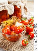 Купить «Маринованные и свежие помидоры на столе», фото № 12607952, снято 2 сентября 2015 г. (c) Надежда Мишкова / Фотобанк Лори