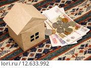 Купить «Картонный дом и русские деньги на ткани с узорами», фото № 12633992, снято 2 сентября 2015 г. (c) Наталья Осипова / Фотобанк Лори