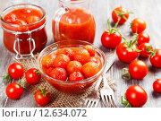 Купить «Маринованные помидоры в стеклянной миске на деревянном столе», фото № 12634072, снято 3 сентября 2015 г. (c) Надежда Мишкова / Фотобанк Лори