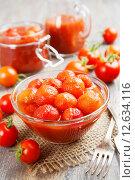 Купить «Консервированные помидоры в томатном соке», фото № 12634116, снято 3 сентября 2015 г. (c) Надежда Мишкова / Фотобанк Лори