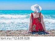 Молодая женщина в белой шляпе на берегу моря. Стоковое фото, фотограф Andrei Nekrassov / Фотобанк Лори