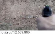 Рука с пневматическим пистолетом целится и стреляет по банкам. Стоковое видео, видеограф Земсков Андрей  Владимирович / Фотобанк Лори
