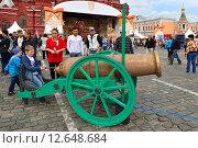 Купить «Москва отмечает 868-летие. На Красной площади дети учатся стрелять из игрушечной пушки», фото № 12648684, снято 6 сентября 2015 г. (c) Валерия Попова / Фотобанк Лори