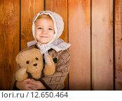 Портрет улыбающейся девочки с плюшевым мишкой. Стоковое фото, фотограф Дарья Петренко / Фотобанк Лори