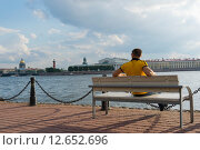Купить «Мужчина сидит на скамейке», фото № 12652696, снято 6 сентября 2015 г. (c) Sergei Gushchin / Фотобанк Лори