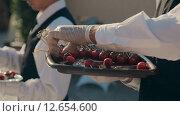 Купить «Официант выкладывает канапе с томатами черри на поднос», видеоролик № 12654600, снято 17 августа 2015 г. (c) Denis Mishchenko / Фотобанк Лори