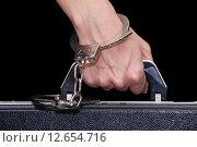 Купить «Кейс, пристегнутый наручниками к женской руке», фото № 12654716, снято 2 июля 2020 г. (c) Алёшина Оксана / Фотобанк Лори