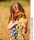 Рыжеволосая девочка с подсолнухом. Стоковое фото, фотограф Оксюта Виктор / Фотобанк Лори