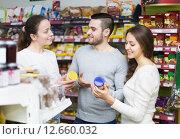 Купить «Happy adults choosing tinned food», фото № 12660032, снято 30 марта 2020 г. (c) Яков Филимонов / Фотобанк Лори