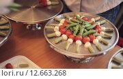 Купить «Повар ставит на большой поднос канапе с помидорами, моцареллой и соусом», видеоролик № 12663268, снято 11 июля 2015 г. (c) Denis Mishchenko / Фотобанк Лори