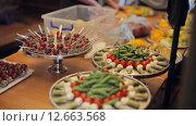 Купить «Овощи и десерты на подносах», видеоролик № 12663568, снято 11 июля 2015 г. (c) Denis Mishchenko / Фотобанк Лори