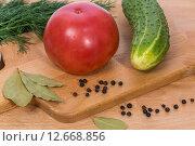 Розовый помидор, огурец, укроп и черный перец. Стоковое фото, фотограф Евгений Чернышов / Фотобанк Лори