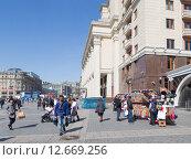 Купить «Продажа сувениров в Москве», фото № 12669256, снято 12 апреля 2015 г. (c) Ekaterina Andreeva / Фотобанк Лори