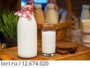 Купить «Бутылка и стакан молока», фото № 12674020, снято 28 апреля 2015 г. (c) Константин Лабунский / Фотобанк Лори