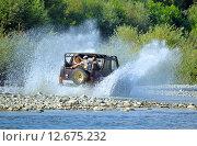 Купить «Катание на внедорожнике по руслу горной реки», фото № 12675232, снято 17 августа 2015 г. (c) Александр Замараев / Фотобанк Лори