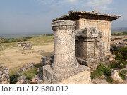 Купить «Иераполис, Турция. Саркофаги и руины склепов в античном некрополе.», фото № 12680012, снято 8 мая 2015 г. (c) Сергей Афанасьев / Фотобанк Лори