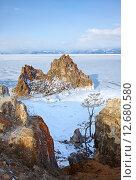 Rock Shamanka on cape Burkhan on Olkhon island in Siberian lake Baikal in winter (2013 год). Стоковое фото, фотограф Serg Zastavkin / Фотобанк Лори
