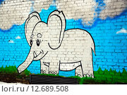 """Добрый детский рисунок """"Слоненок"""" на кирпичной стене (2015 год). Редакционное фото, фотограф Наталья Буравлева / Фотобанк Лори"""