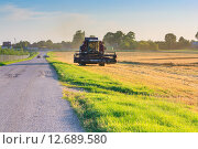 Комбайн у дороги на поле пшеницы. Стоковое фото, фотограф Александр Власик / Фотобанк Лори